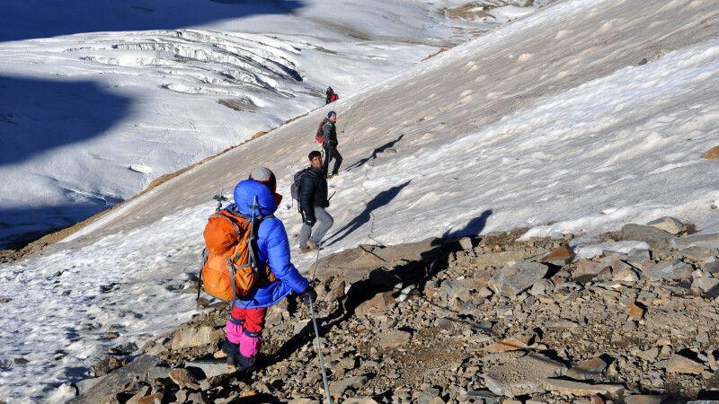 Steil und teils an Fixseilen erfolgt der Abstieg vom Gondogoro La. © Diamir
