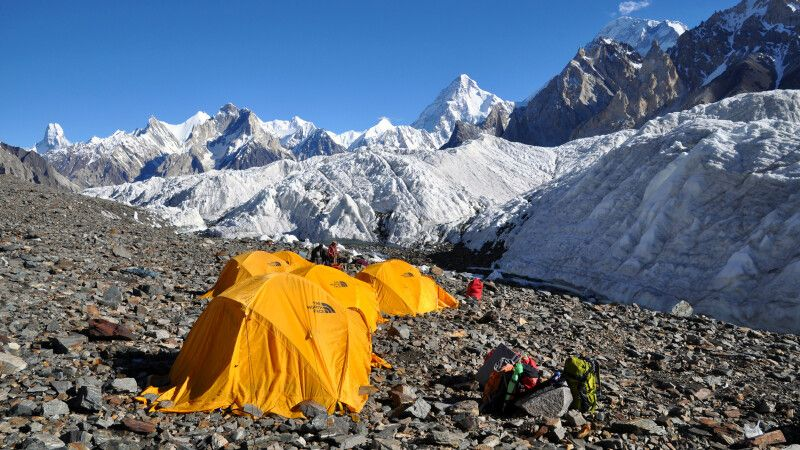 Mit Blick auf den Broad Peak übernachtet es sich auf dem Baltoro-Gletscher besonders gut. © Diamir