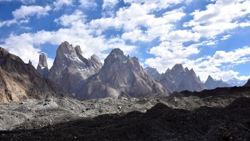 Blick über den Baltoro-Gletscher hinauf zur Gruppe der Trango-Türme. © Diamir
