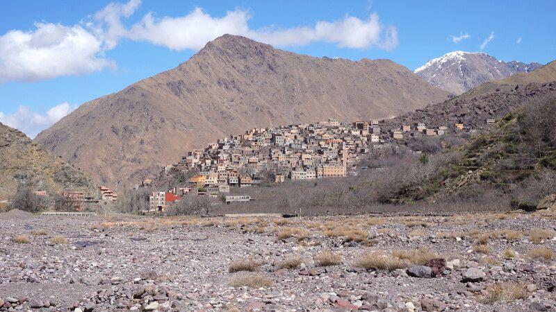 Der Weg hinauf zum Jebel Toubkal führt durch die kleine Ortschaft Imlil. © Diamir