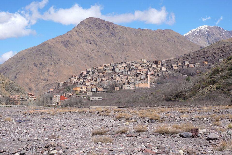 Der Weg hinauf zum Jebel Toubkal führt durch die kleine Ortschaft Imlil.