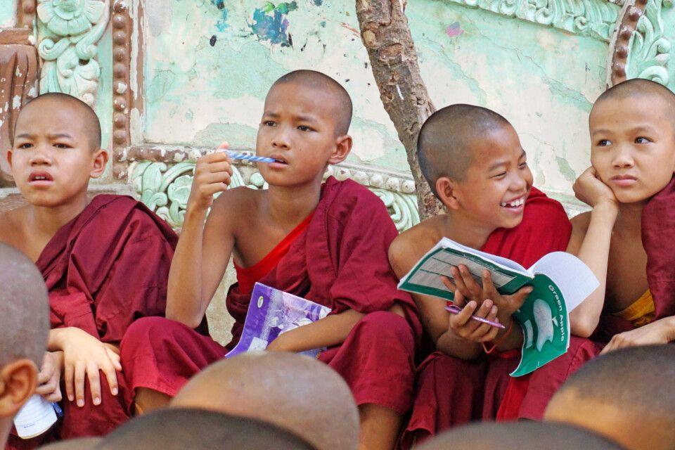 Novizen im Kloster in Sagain