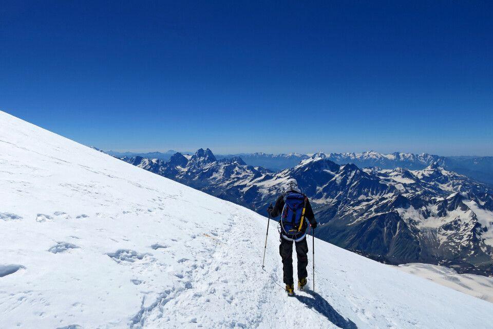 Abstieg aus dem Sattel zwischen dem Doppelgipfel des Elbrus.