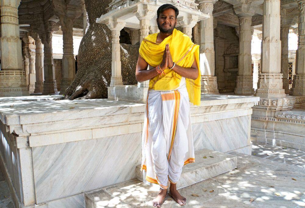 Ranakpur Jain-Tempel Chaumukh-Tempel mit Priester