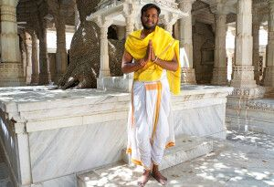 Ein Jain-Priester begrüßt Sie im Chaumukh-Tempel in Ranakpur.
