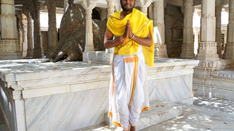 Ranakpur Jain-Tempel Chaumukh-Tempel mit Priester © Diamir