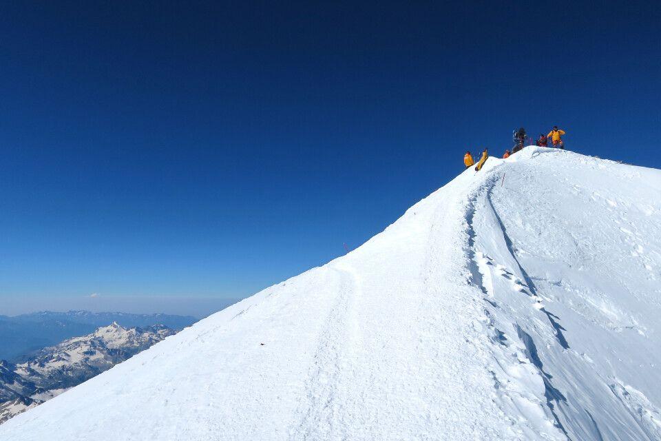 Die letzten Meter zum Gipfel des Elbrus.
