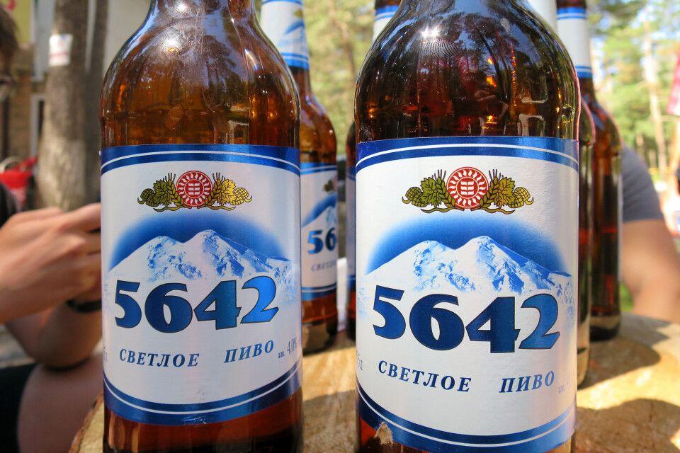 Der Gipfel des Elbrus ziert sogar das lokale Bier.