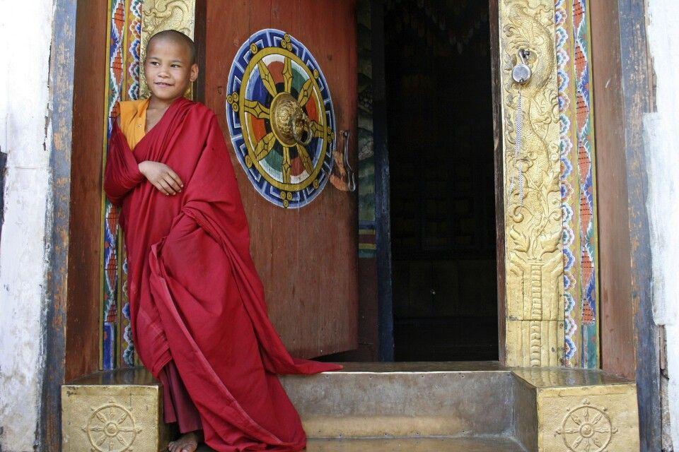 Mönch am Chime-Lhakhang-Tempel