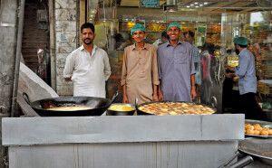 Leckere Süßspeisen werden auf dem Markt gleich frisch zubereitet.