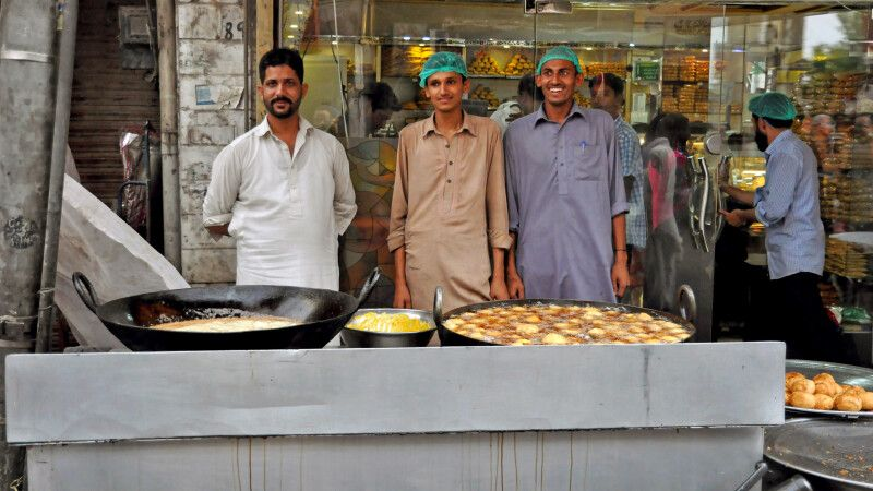 Leckere Süßspeisen werden auf dem Markt gleich frisch zubereitet. © Diamir