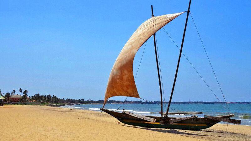 Westküste oberhalb Negombo Fischerboot © Diamir