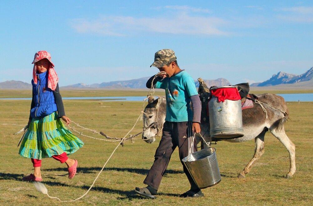 Kinder mit Esel am Song Kul