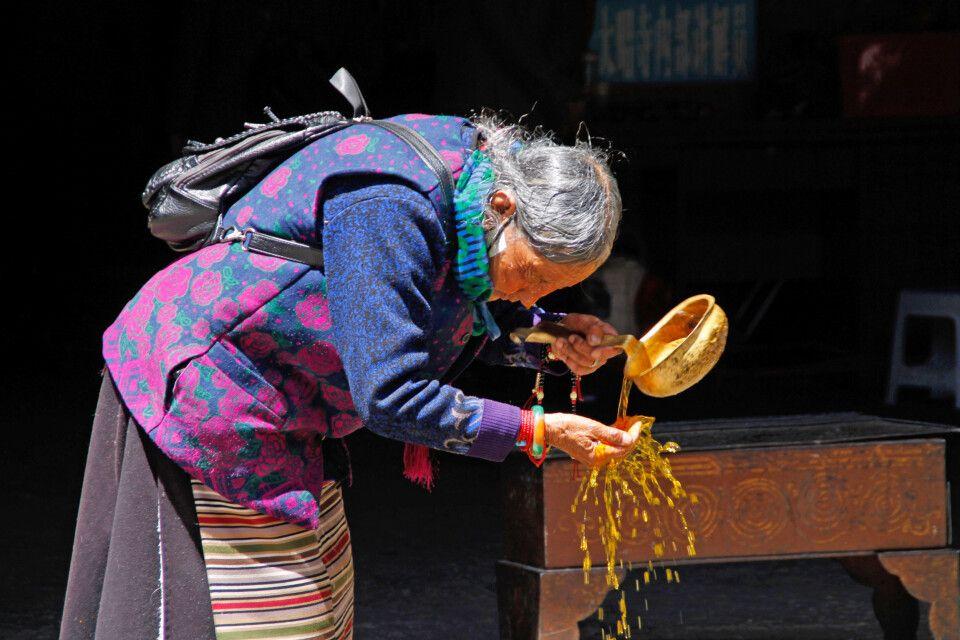 Alte Frau im Jokhang-Tempel in Lhasa