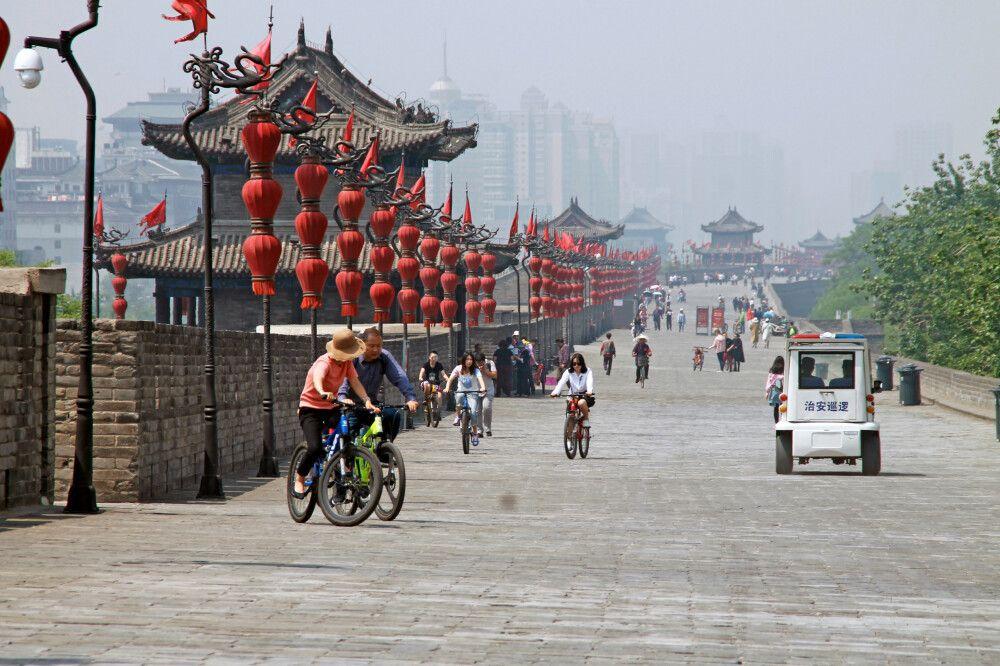 Mit dem Fahrrad unterwegs auf der alten Stadtmauer in Xian