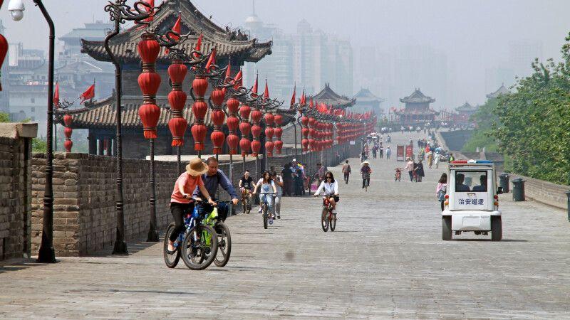Mit dem Fahrrad unterwegs auf der alten Stadtmauer in Xian © Diamir