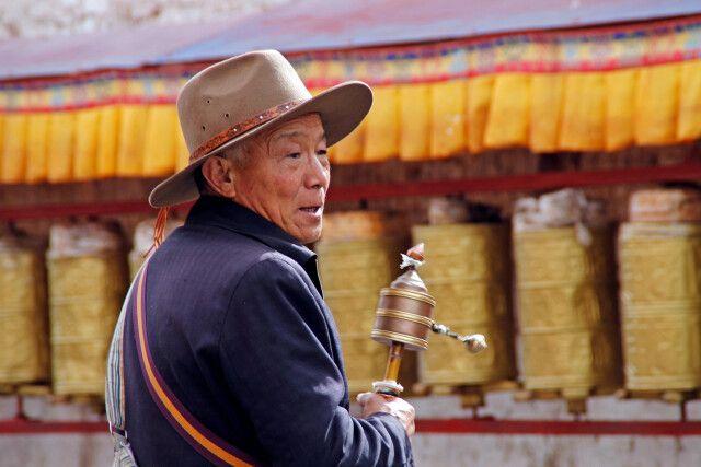 Tibeter mit Gebetsmühle