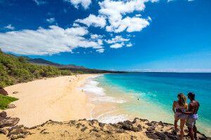 Paar überblickt den Makena Beach, Maui
