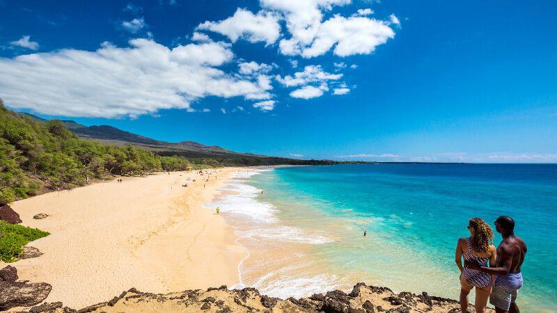 Paar überblickt den Makena Beach, Maui © Diamir