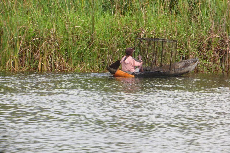 Fischer im Einbaum auf dem Panganales Kanal
