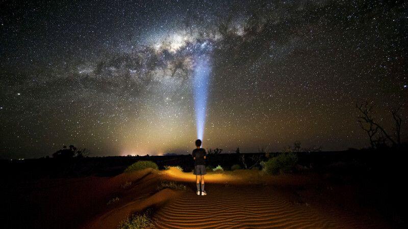 Ein Lichtsignal durch die Outbacks © Diamir