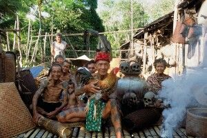 Männer mit Tätowierungen auf Schultern und Armen bei den Iban in Borneo