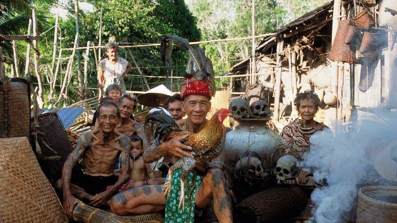 Männer mit Tätowierungen auf Schultern und Armen bei den Iban in Borneo © Diamir