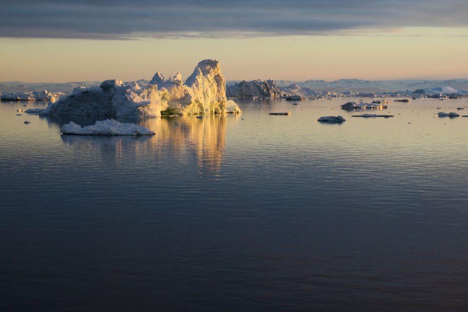 Eisberge im Licht der Mitternachtssonne