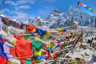 Ansicht des Mount Everest und Nuptse mit buddhistischen Gebetsflaggen vom Kala Patthar im Nationalpark Sagarmatha im nepalesischen Himalaya