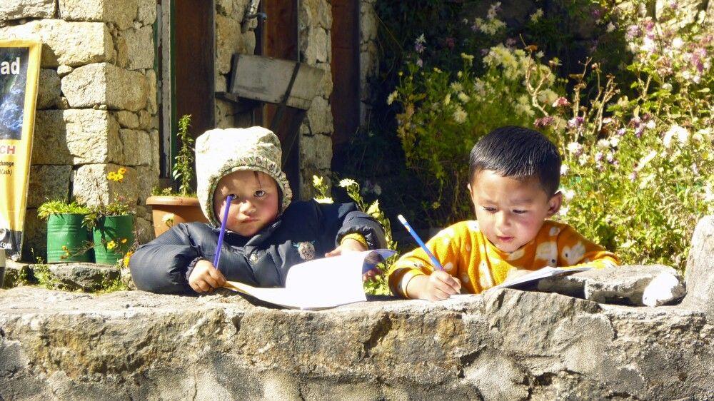 fleißige Kinder bei den Schularbeiten