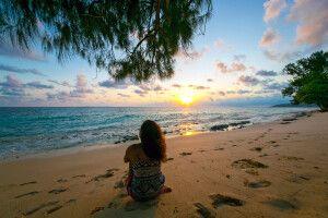 Sonnenuntergang an einem Strand auf den Seychellen