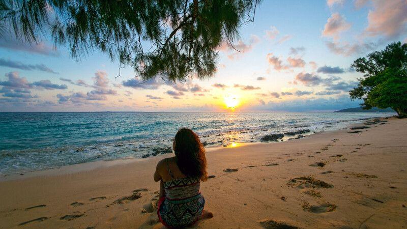 Sonnenaufgang an einem Strand auf den Seychellen © Diamir