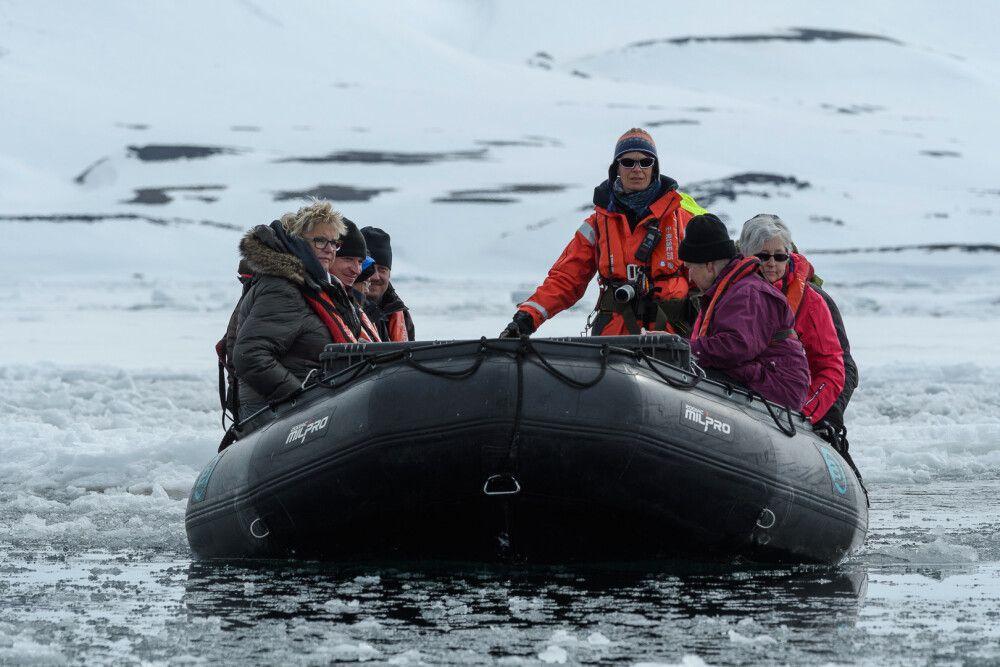 Expeditionsguide Sandra steuert das Zodiac sicher durch das Eis