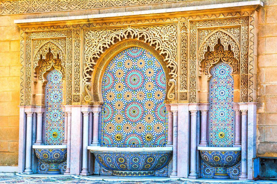 Marokkanisches Mosaik an einem Springbrunnen in Rabat