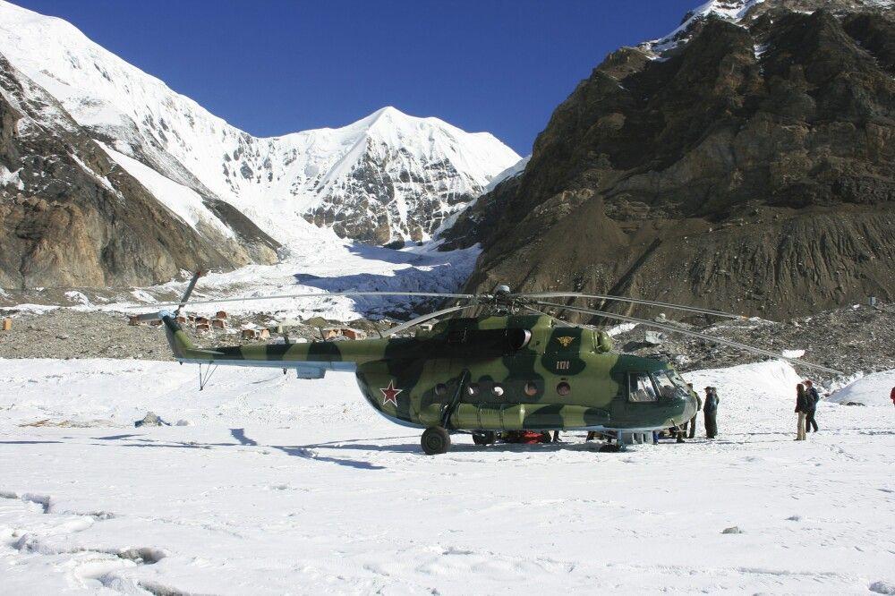 Hubschrauber im Khan Tengri BC