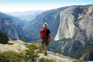 Wanderer blickt vom North Dome ins Yosemite Valley, Yosemite-Nationalpark, Kalifornien