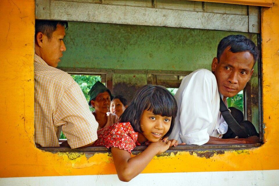 Zugfahrt auf der Ringbahn um Yangon