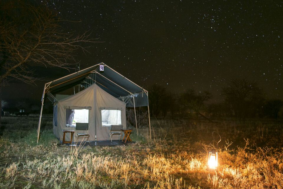 Serengeti View Camp im Laternenlicht