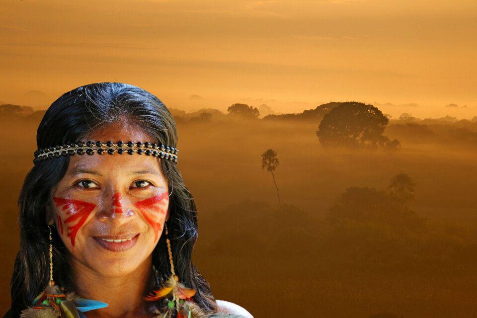 Indigena vor dampfender Landschaft im Amazonas