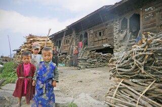 Tamang-Dorf: neugierige Blicke auf beiden Seiten