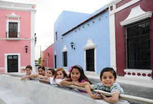 Kinder und farbenfrohe Häuserfassaden