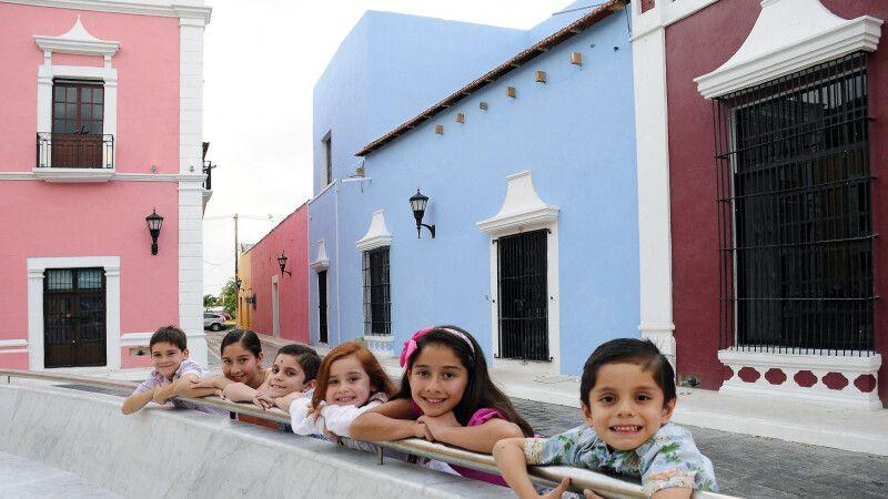 Kinder und farbenfrohe Häuserfassaden © Diamir