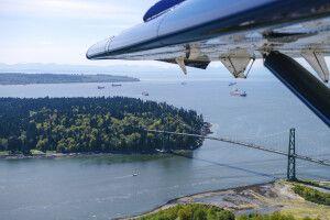 Wasserflugzeug über Vancouvermit Blick auf Stanley Park und Lion's Gate Bridge