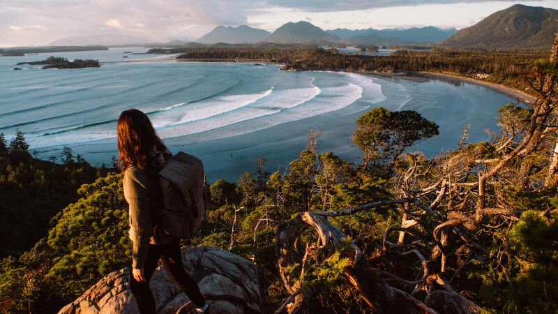 Wanderer am Cox Bay-Aussichtspunkt bei Tofino, Vancouver Island © Diamir