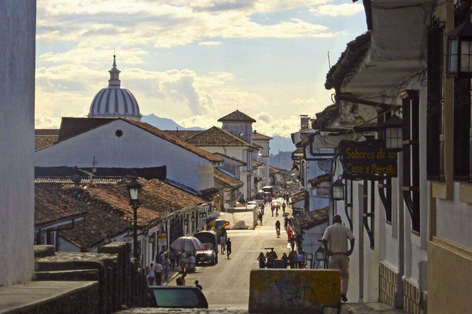 """Straßenzug in der """"weißen"""" Kolonialstadt Popayan"""