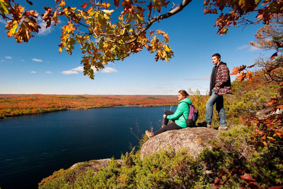 Wanderer genießen Ausblick auf einen See im Herbst, Algoma Country