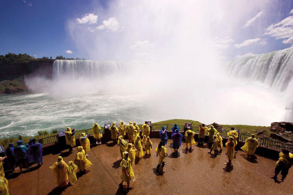 Besucher in der Gischt der Niagarafälle