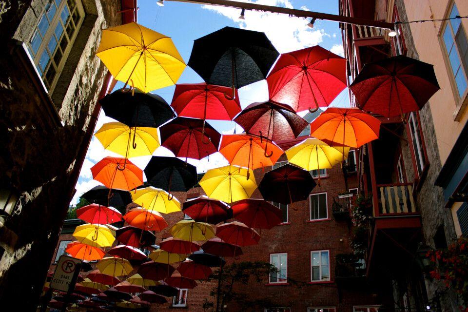 Mit Regenschirmen geschmückte Gasse in Quebec City