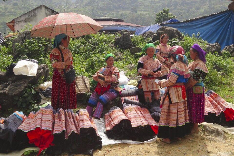 bunte Trachten zum Markttag in Nordvietnam