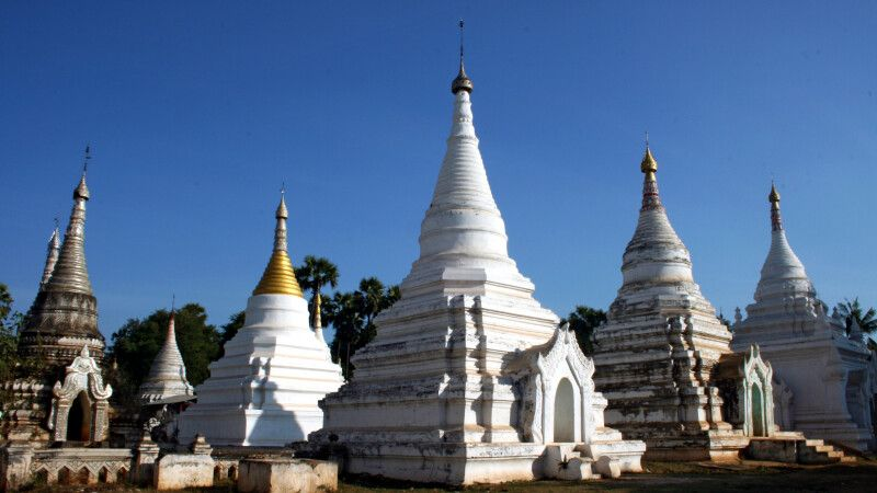 Stupas in Mandalay © Diamir